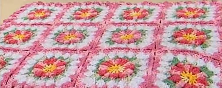Modelo de Tapete em Flores e Flor de Crochê.