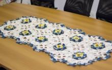 Caminho de Mesa de Crochê Flores Azul Petróleo – Vídeo, Material, Passo a Passo de Como Fazer.