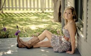 Mulher-usando-bota-texana-com-vestido