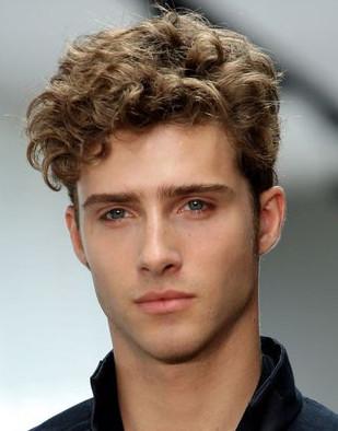 corte-de-cabelo-masculino-cabelos-ondulados-undercut