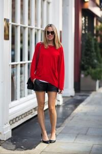suéter-vermelho-shorts-em-couro-preto-scarpin1