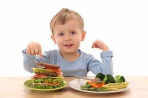 Criança-Comendo-Lanche