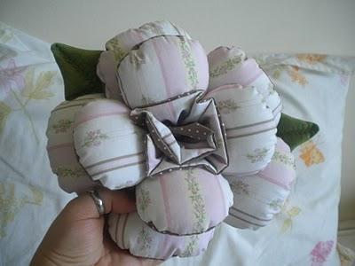 Almofada Flor Em Tecido - Materiais e Passo a Passo