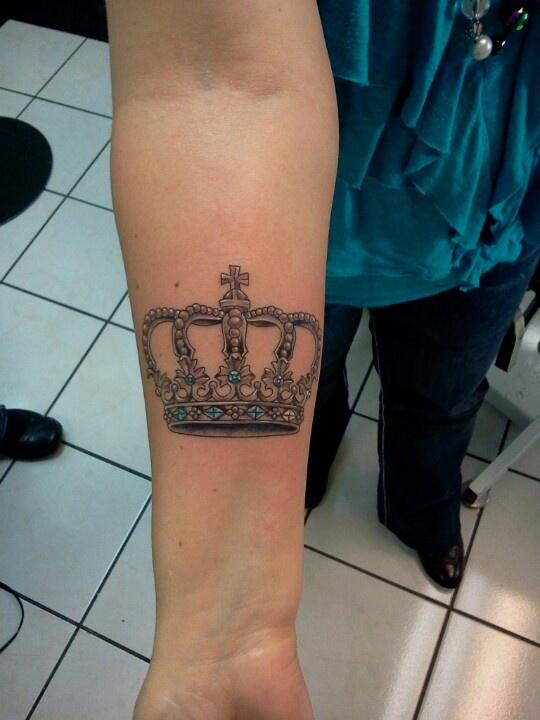 tatuagem-coroa-pedras-azuis