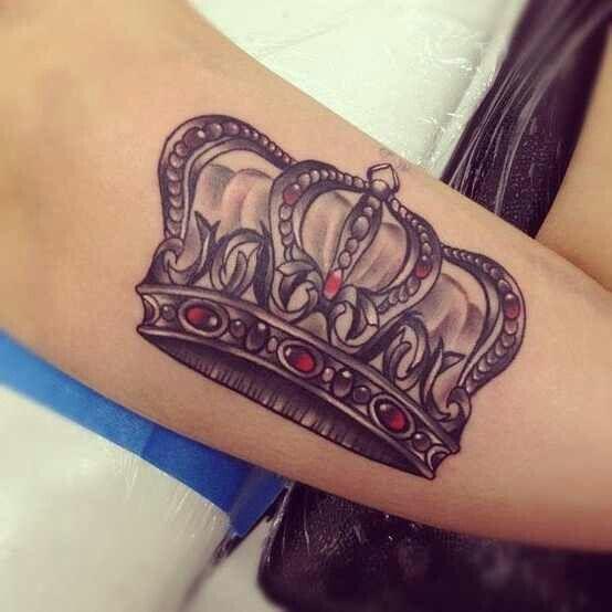 tatuagem-coroa-pedras-vermelhas