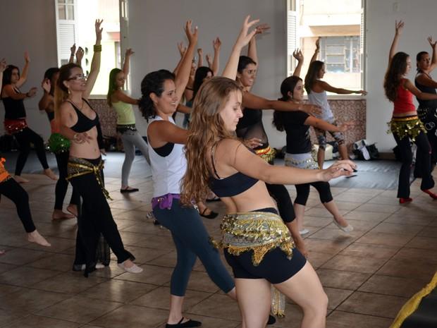 dança-do-ventre-modelando-corpo-