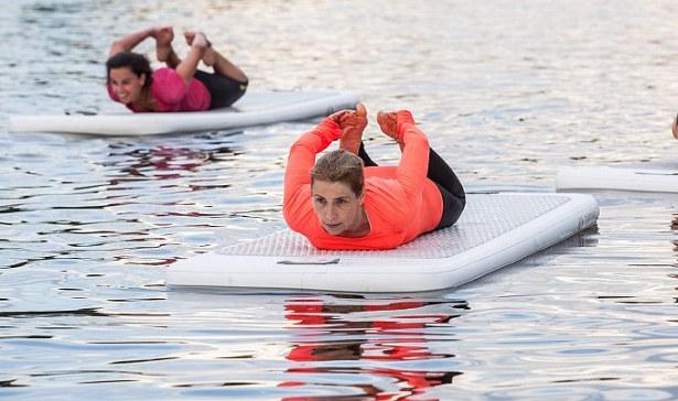 Yoga-na-agua-leila