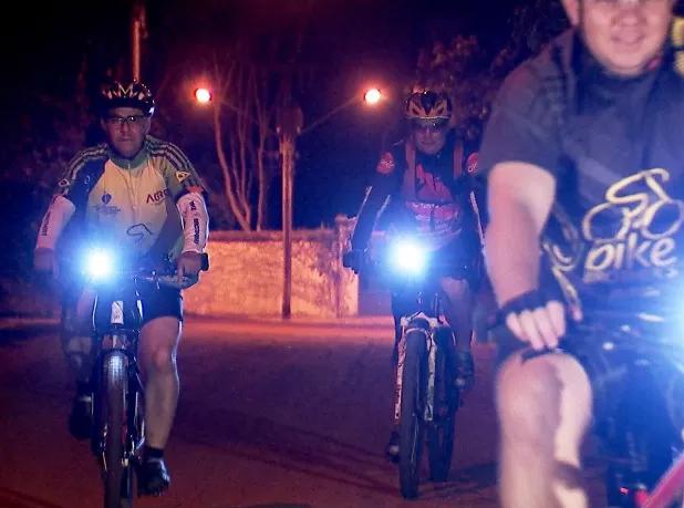 Trabalhar de bicicleta noite