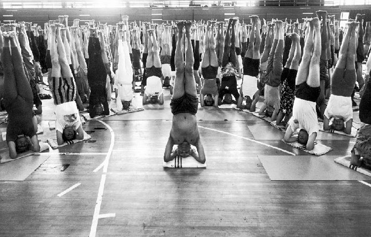 Mestre da Yoga alunos