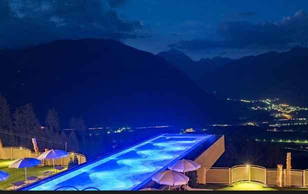 Piscina Suspensa Com Janela De Vidro – Resort Na Itália